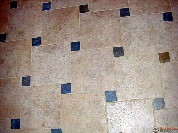 Фото – плиточки в ванной, уложенные со сдвигом и с мозаичными вставками