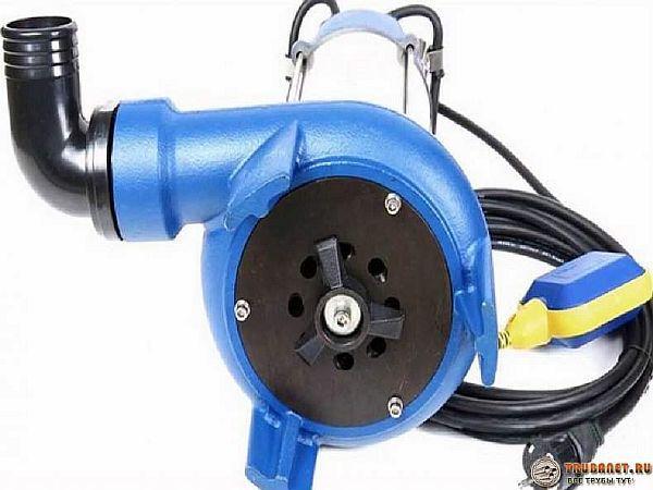 Фото – полупогружной насос с измельчителем для выкачки канализации в загородном доме