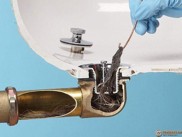 Фото – способ прочистки засора на решетке ванны