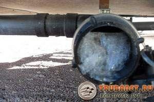 Фото – промерзание канализационного трубопровода
