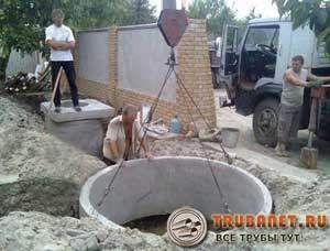 Фото – установка бетонных колец канализации
