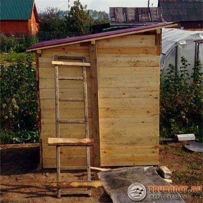 Фото – строительство туалета вида «Скворечник»