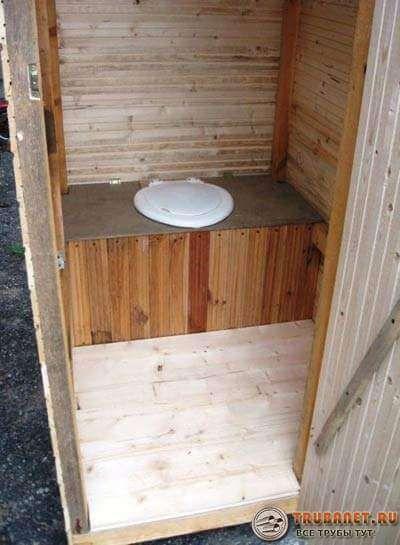Фото – уличный туалет из дерева