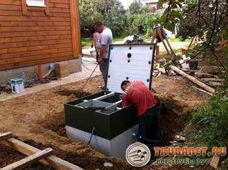 Фото – установка канализации рядом с домом