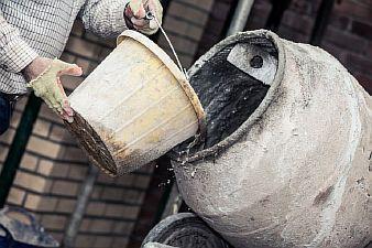Фото — Замешивание бетонного раствора с добавлением пластификатора