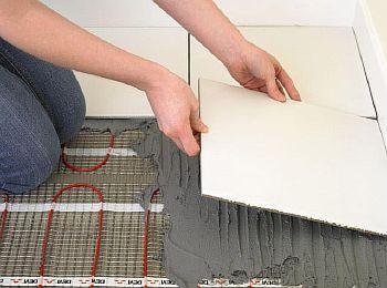 Фото – укладка плиточного покрытия на электрический ТП