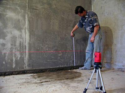 Фото — Определяется уровень заливки бетона