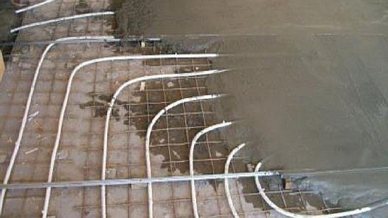 Фото — Заливается стяжка на водяной тёплый пол