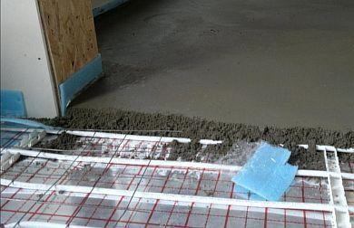 Фото — Заливка бетонной стяжки на кабельную систему