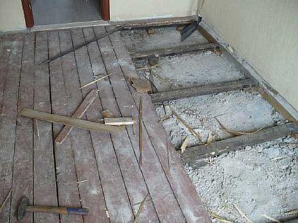 Фото — Демонтаж старого деревянного основания