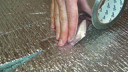 Фото — Укладка рулонного фольгированного утеплителя