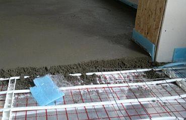 Фото — Заливка бетонной стяжки на трубопровод тёплого пола