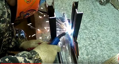 Фото — Свариваем уголки с швеллером