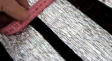 Фото — Вырезаются теплоизоляционные полоски