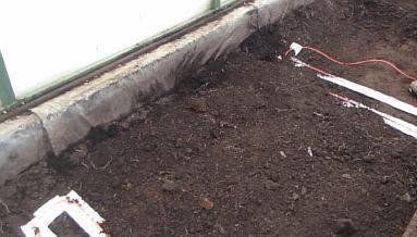 Фото — Засыпается слой почвы