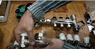 Фото — Вкручиваем клапан с термоголовкой