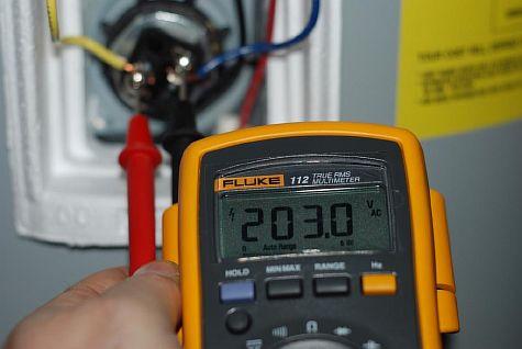 Фото — Проверяем напряжение в терморегуляторе