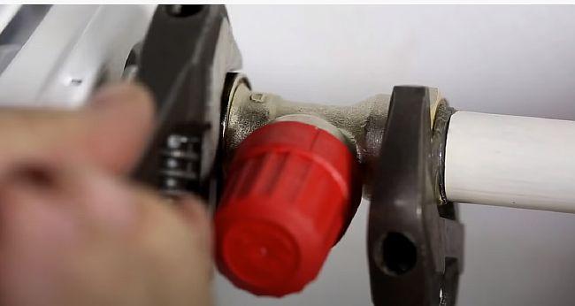 Фото - Подсоединение клапана к радиатору