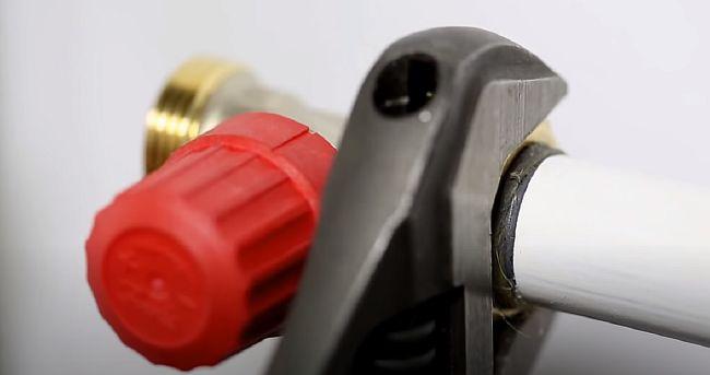 фото - Установка клапана на трубе